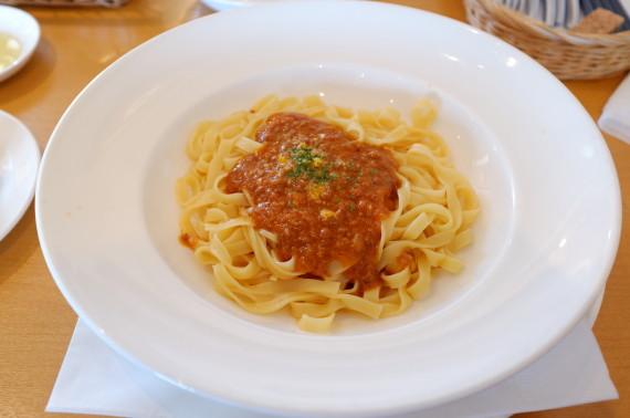 平麺ミートソースパスタ