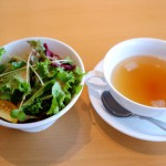 セットのサラダとスープ