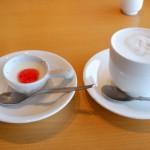 セットのドリンク(カフェオレ)とデザート