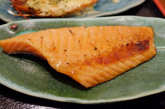 二番セットのおまかせ料理(鮭ハラス焼き)