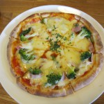 アスパラとブロッコリーとベーコンのピザ