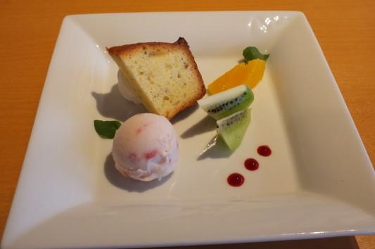 デザート (苺ミルクのジェラート&桜のパウンドケーキ)