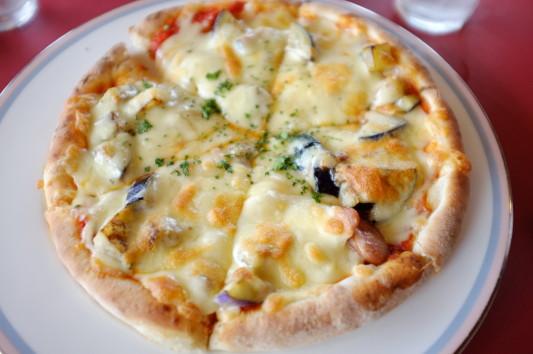 なすとソーセージのピザ