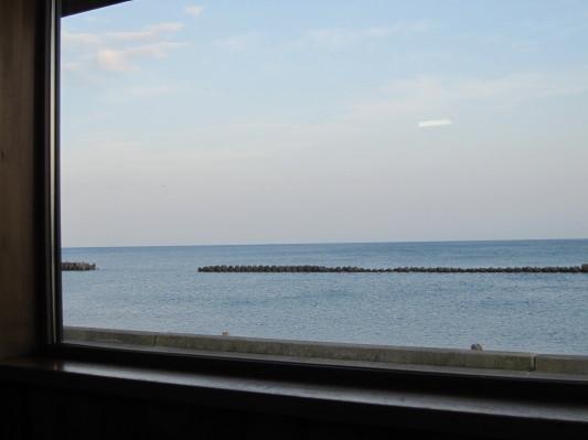 お店の窓から見える海!