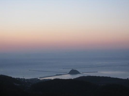 夕日に映える測量山からみた大黒島