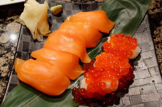 寿司(サーモン+こぼれイクラ)