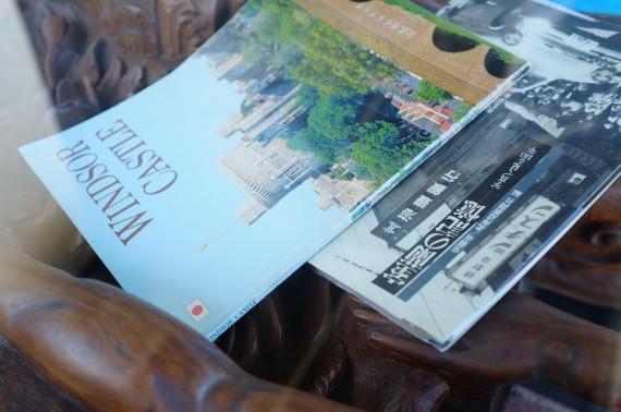 店内のテーブルにあった本