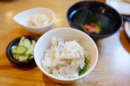 お茶碗で取り分けてみた (釜飯にはお吸い物、漬物、サラダが付く)