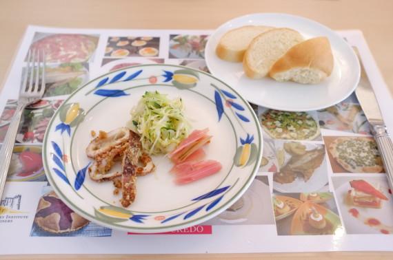 前菜(イカの香草パン粉焼き、ふだん草のマリネ、キャベツとキュウリのサラダ)+パン