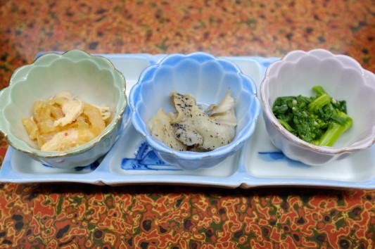 小鉢(クラゲと鶏肉の和え物、ツブ煮、菜の花おひたし)