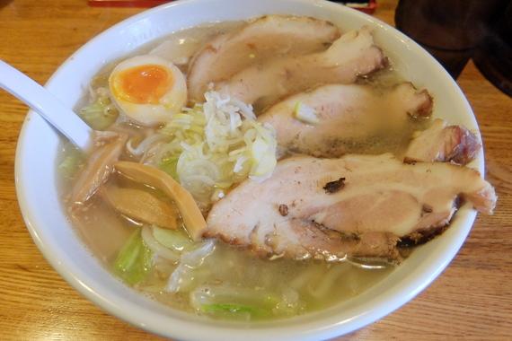 塩ホルモンラーメン(半麺+チャーシュー)