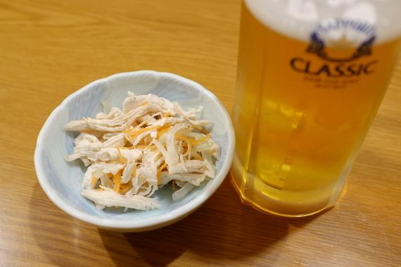 お通し&ビール お通しは鳥ムネ肉のマリネ風