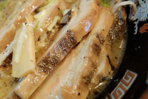 味噌ホルモンラーメン(半麺+チャーシュー)