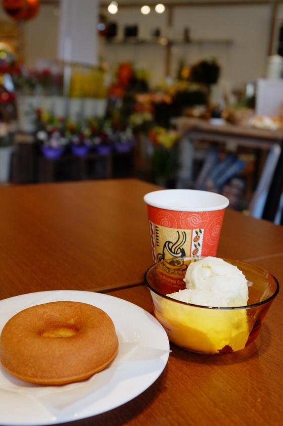 焼きドーナツ、アイスクリーム、カフェラテ