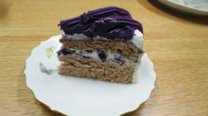 ビビットな紫芋ケーキをカット